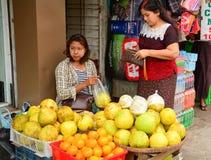 Birmanische Frauen, die frische Früchte an Bogyoke-Markt verkaufen Stockbild