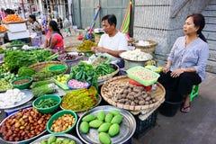 Birmanische Frauen, die frische Früchte an Bogyoke-Markt verkaufen Lizenzfreie Stockbilder