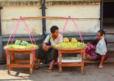 Birmanische Frauen, die frische Früchte an Bogyoke-Markt verkaufen Lizenzfreies Stockfoto
