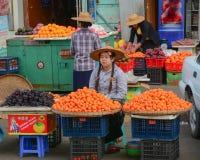 Birmanische Frauen, die frische Früchte an Bogyoke-Markt verkaufen Stockbilder