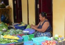 Birmanische Frauen, die frische Früchte an Bogyoke-Markt verkaufen Lizenzfreies Stockbild