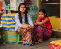 Birmanische Frauen mit thanaka auf ihrem Gesicht in Rangun Stockfoto