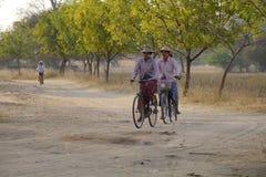 Birmanische Frauen, welche die Fahrräder reiten Lizenzfreies Stockfoto