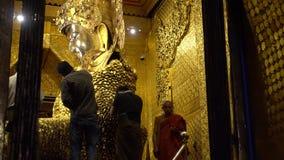 Birmanische Gebete wenden Blattgold an Mahamuni Buddha, Myanmar - 21. November 2017 an stock footage