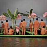 Birmanische Jungen auf einem Boot auf See Inle, Myammar lizenzfreie stockfotografie