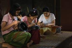 Birmanische Leute, die gemachtes Lacquerware bearbeiten Stockbilder