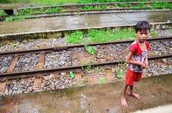 Birmanische Leute, die ihre Familie auf Zug am Bahnhof warten Stockbilder