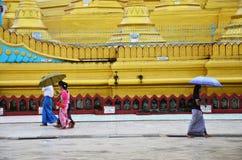 Birmanische Leute, die an Pagode Shwemawdaw Paya in Bago, Myanmar gehen Stockbild