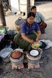 Birmanische Leute, die Straßenlebensmittel verkaufen Stockfoto
