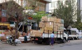 Birmanische Leute, die Straßenlebensmittel verkaufen Lizenzfreie Stockfotos