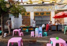 Birmanische Leute, die Straßenlebensmittel verkaufen Lizenzfreie Stockfotografie