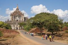 Birmanische Leute an Thatbyinnyu-Pagode in Bagan, Myanmar Stockbild