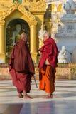 Birmanische Mönche besichtigen die Shwedagon-Pagode Rangun, Myanmar, Birma stockfoto
