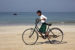 Birmanischer Junge auf einem Fahrrad - Ngapali Strand - Myanmar Stockfotos