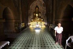 Birmanischer Mann im Tempel Lizenzfreie Stockfotografie