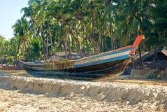 Birmanisches Boot auf dem Ufer Stockfoto