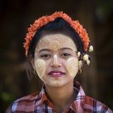 Birmanisches junges Mädchen mit thanaka Paste auf ihrem Gesicht in Mandalay, Birma, Myanmar Stockbild