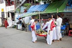 Birmańscy buddyjscy nowicjuszi zbiera ofiary Yangon Myanmar Obraz Stock