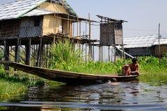 Birmańscy ludzie wiosłuje łódź na Inle jeziorze, Myanmar Obrazy Stock