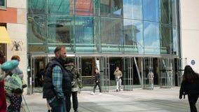 Birmingham, Anglia, Czerwiec 03 2019 Ludzie iść robić zakupy i relaksują w śródmieściu zdjęcie wideo