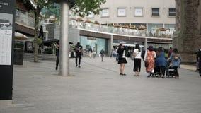 Birmingham, Engeland, 03 Juni 2019 De mensen gaan winkelend en ontspannen binnen de stad in stock footage
