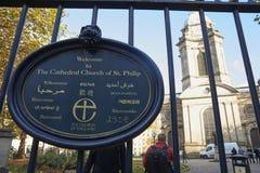 Birmingham, Großbritannien - 6. November 2016: Zeichen außerhalb des Äußeren von Birmingham-Kathedrale Lizenzfreies Stockbild