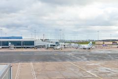 Birmingham het UK - 03 03 19: Van het de Luchthaventarmac van Birmingham de poortenvliegtuig royalty-vrije stock foto