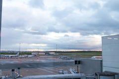 Birmingham het UK - 03 03 19: Van het de Luchthaventarmac van Birmingham de poortenvliegtuig royalty-vrije stock afbeeldingen