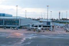 Birmingham het UK - 03 03 19: Van het de Luchthaventarmac van Birmingham de poortenvliegtuig stock afbeelding