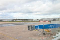 Birmingham het UK - 03 03 19: Van het de Luchthaventarmac van Birmingham de poortenvliegtuig stock afbeeldingen