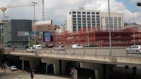 Birmingham, Inglaterra, el 3 de junio de 2019 Los coches pasan el puente metrajes
