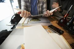 Birmingham, R-U - 6 novembre 2016 : Homme s'asseyant au Tableau regardant le menu de restaurant de Wagamama Photos stock