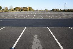Birmingham, Reino Unido - 6 de novembro de 2016: Opinião de ângulo larga do parque de estacionamento vazio foto de stock