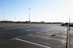 Birmingham, Reino Unido - 6 de novembro de 2016: Opinião de ângulo larga do parque de estacionamento vazio fotografia de stock