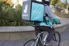Birmingham, Reino Unido - 6 de noviembre de 2016: Entrega Person Wearing Backpack Riding Bicycle de la comida imagen de archivo libre de regalías