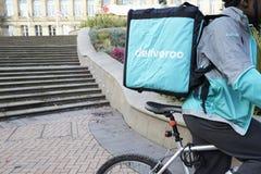 Birmingham, Reino Unido - 6 de noviembre de 2016: Entrega Person Wearing Backpack Riding Bicycle de la comida imagen de archivo