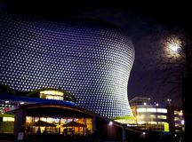 Birmingham Selfridges byggnad som bedövar under en fullmåne royaltyfria foton