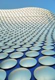 Birmingham - skraj selfridges som bygger, och ljus blå himmel Arkivbild