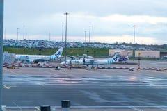 Birmingham/UK - 03 03 19: Flygplan f?r portar f?r Birmingham flygplatsgrov asfaltbel?ggning arkivfoto