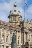 Birmingham UK, Oktober 3rd, 2017: Staty av drottningen Victoria i Birmingham, UK, Birmingham kommunfullmäktige i bakgrunden Royaltyfri Fotografi