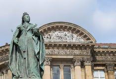 Birmingham UK, Oktober 3rd, 2017: Staty av drottningen Victoria i Birmingham, UK, Birmingham kommunfullmäktige i bakgrunden Arkivbilder