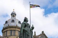 Birmingham UK, Oktober 3rd, 2017: Staty av drottningen Victoria i Birmingham, UK, Birmingham kommunfullmäktige i bakgrunden Royaltyfria Bilder