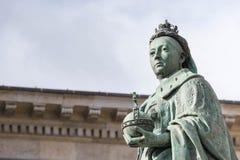 Birmingham UK, Oktober 3rd, 2017: Staty av drottningen Victoria i Birmingham, UK, Birmingham kommunfullmäktige i bakgrunden Fotografering för Bildbyråer