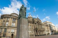 Birmingham UK, Oktober 3rd, 2017: Staty av drottningen Victoria i Birmingham, UK, Birmingham kommunfullmäktige i bakgrunden Arkivbild