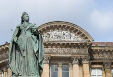 Birmingham, UK, Październik 3rd, 2017: Statua królowa Wiktoria w Birmingham, UK, Birmingham rada miasta w tle Obrazy Stock