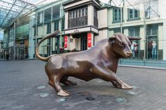 Birminghamm UK - Oktober 3rd, 2017: En tjurskulpturyttersida framdelen av tjurfäktningsarenashoppingmitten, en gränsmärke in royaltyfria bilder