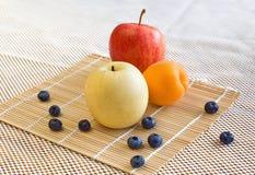 Birne, Apfel, Aprikose, Blaubeeren Stockbild