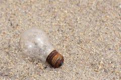 Birne des elektrischen Lichtes auf Sand Stockfoto