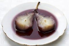 Birne im Wein Stockfoto