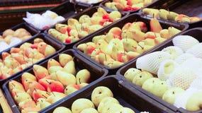 Birne trägt auf Korbanzeige mit selektivem Fokus und flacher Schärfentiefe Früchte Stockfotos